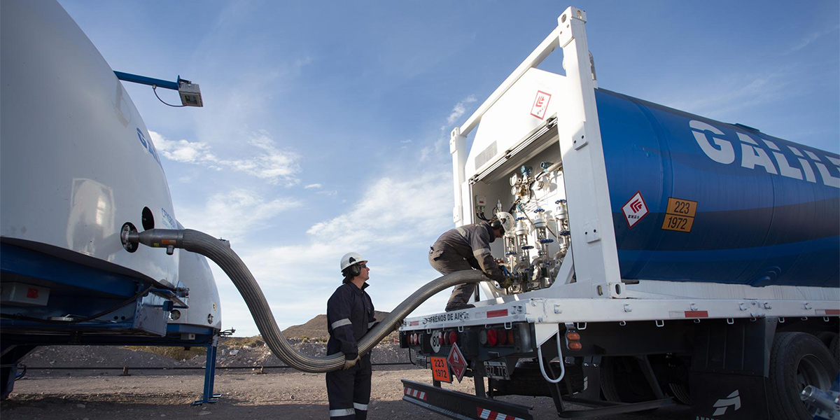 The LNG is sent from the Cryobox-Trailers to the distribution trailers of the Virtual Pipeline.