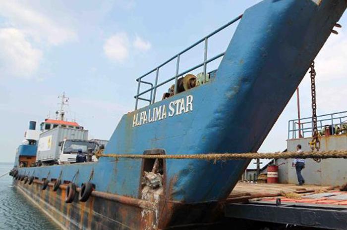 Barco de distribución de GNC de PLN Batam.