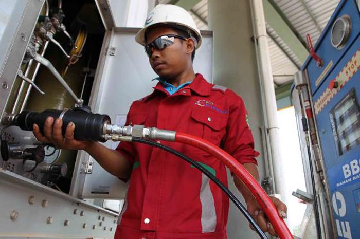 Carga del GNC en la barcaza de distribución mediante el uso surtidores de GNC Galileo EMC.